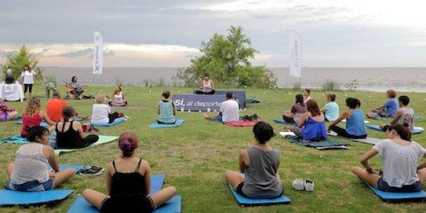 Yoga-frente-al-rio-en-Martinez